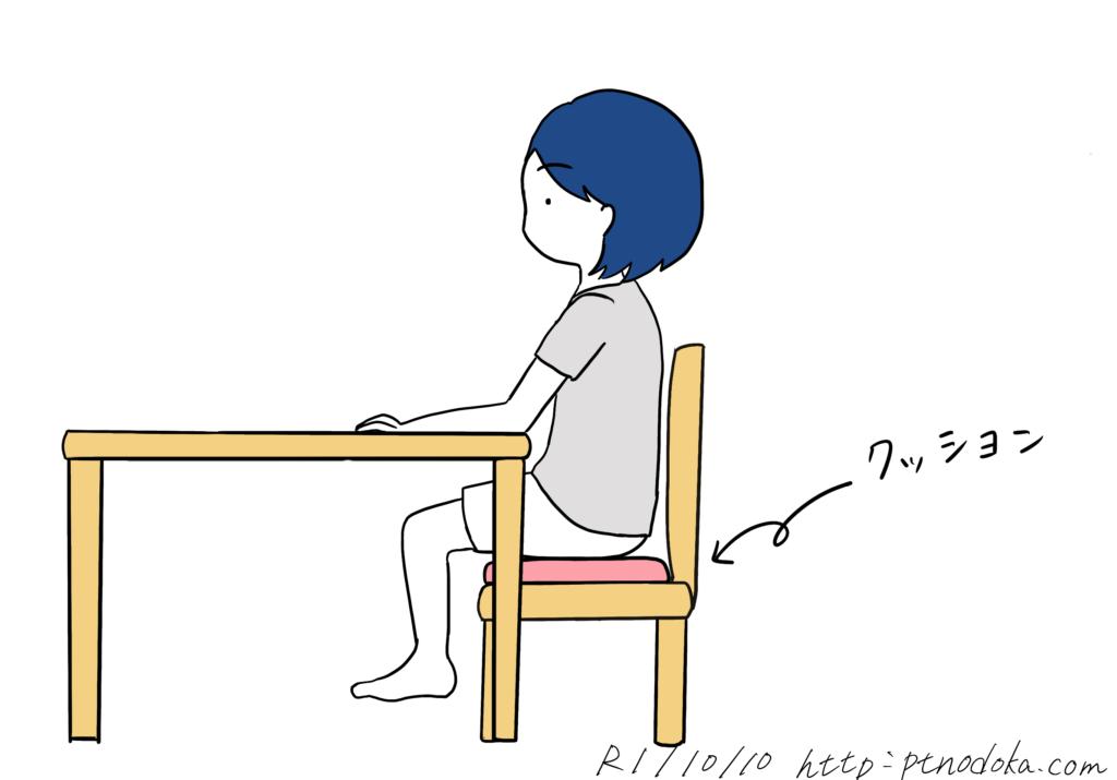 椅子の上にクッションを置く事により、テーブルの位置を低くする時のイラスト