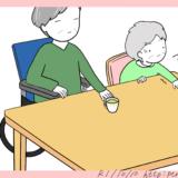 テーブル(机)の位置が合わない高齢者のイラスト