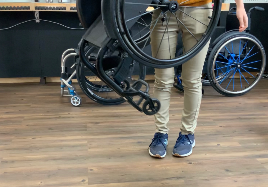 TiLiteの車椅子の軽さを見せる写真